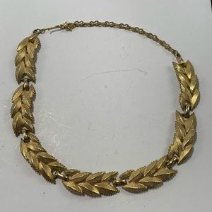 Jewelry - Vintage Leaf Laurel Gold Tone Necklace Detailed